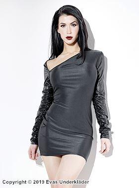 Långärmad klänning med asymmetrisk urringning